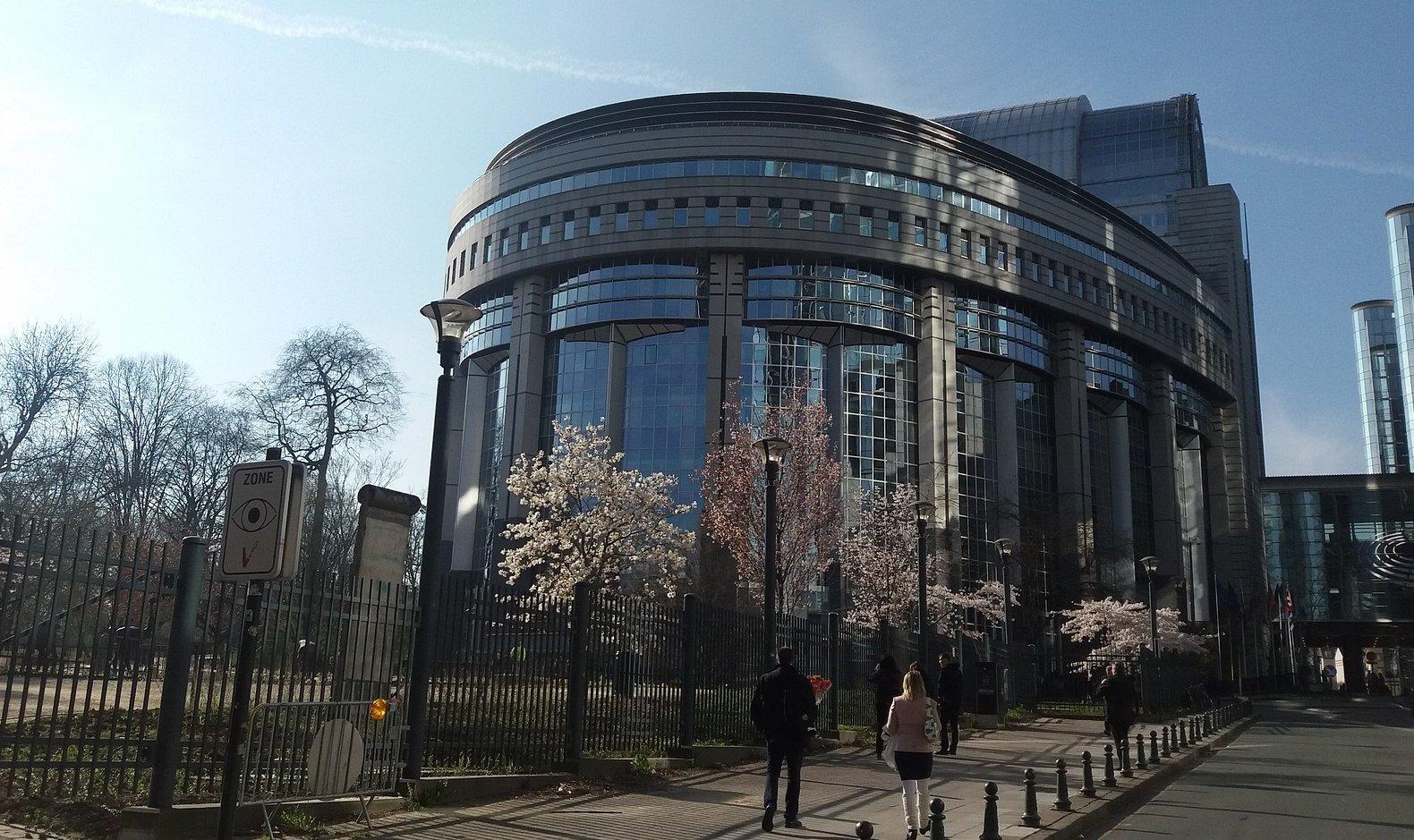 EU-Parlament in Brüssel mit blühenden Bäumen